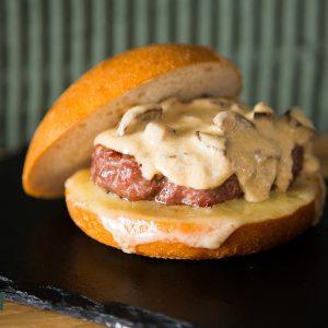 Hamburguesa de vedella amb el seu pa, ceps saltats i salsa de ceps
