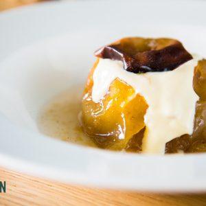 Poma al forn a la canela, farcida de crema catalana
